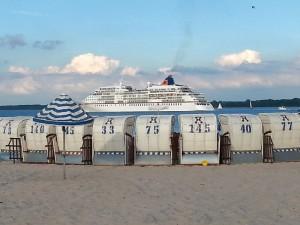 Kreuzfahrtschiff auf 12 Uhr
